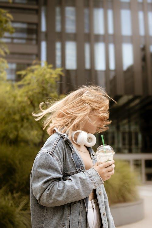 Gratis arkivbilde med blond, by, hodetelefoner, jente