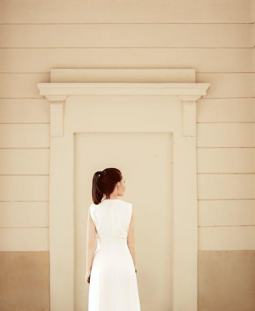 Gratis arkivbilde med brunette, hvit kjole, kvinne, minimal