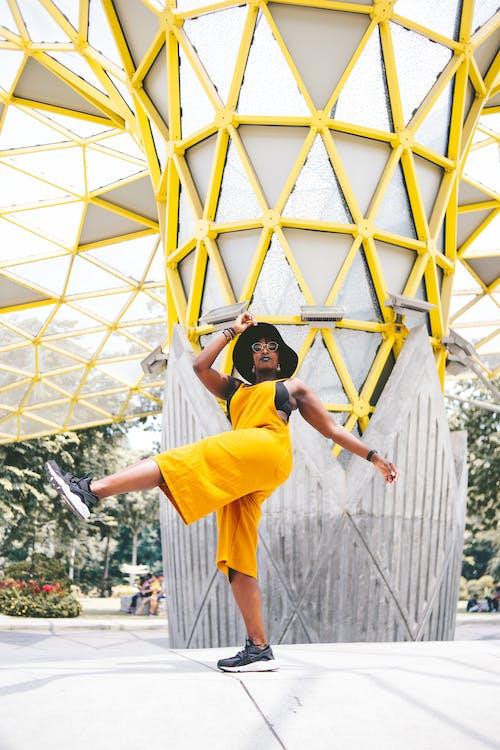 Foto d'estoc gratuïta de colorit, colors brillants, fons groc, fotografia retratada