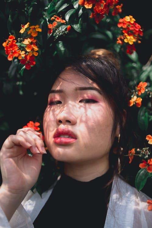 Gratis lagerfoto af ansigtsudtryk, asiatisk kvinde, blomster, blomstrende