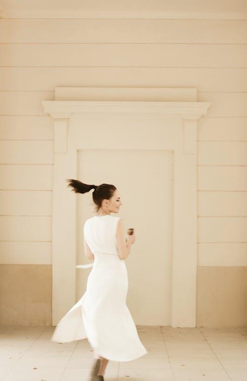 Δωρεάν στοκ φωτογραφιών με άνθρωπος, γυναίκα, δράση, λευκό φόρεμα