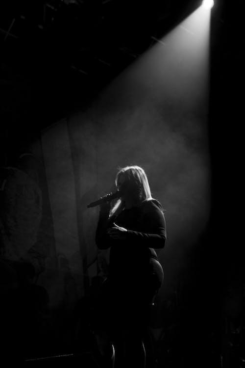 Foto d'estoc gratuïta de b/n, blau, cantant, contra la llum