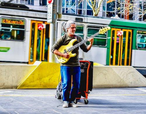 기타 연주 거리에 남자의 무료 스톡 사진
