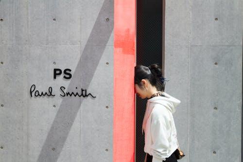 Foto profissional grátis de alerta, ao ar livre, cabeça, casaco com capuz