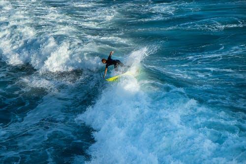 Foto d'estoc gratuïta de acomiadar-se, blau, fer surf, fotografia d'acció