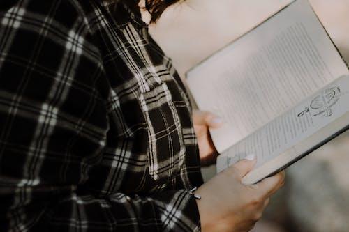 Gratis stockfoto met boek, gezellig, hand, handen