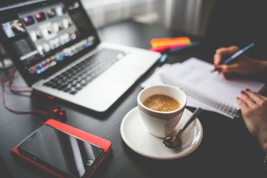 Escritura, ordenador, café