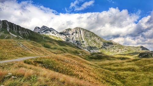 Foto d'estoc gratuïta de aventura, bell paisatge, camp, cel ennuvolat
