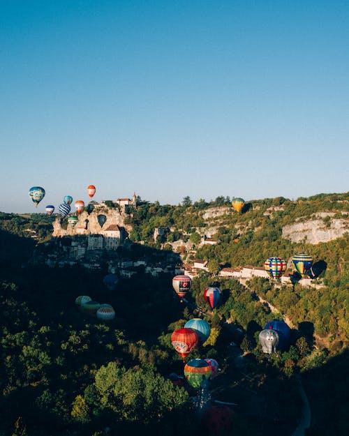 Darmowe zdjęcie z galerii z balony na gorące powietrze, budynki, drzewa, latanie