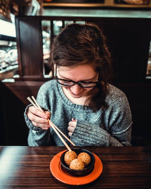 Základová fotografie zdarma na téma brunetka, dioptrické brýle, držení, jídelní hůlky