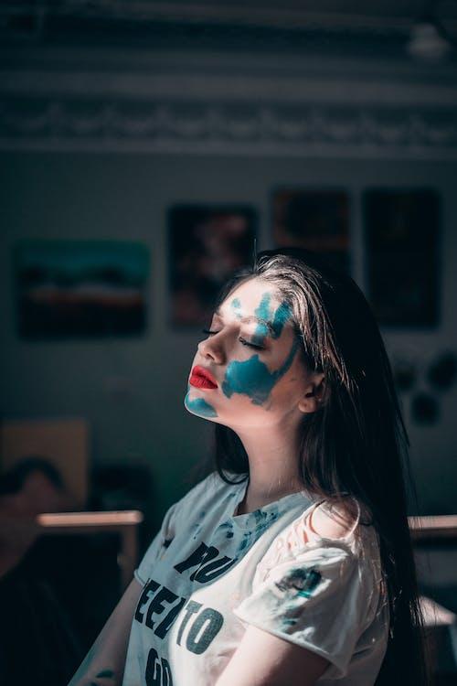 Mulher Com Tinta Azul No Rosto