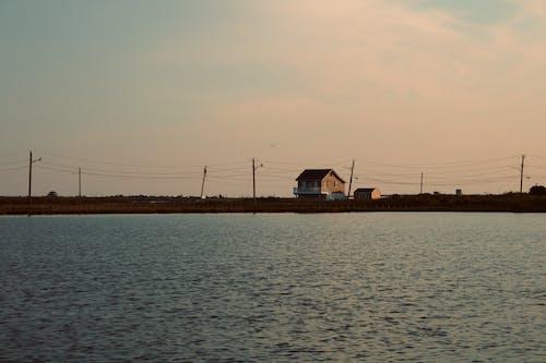 Foto d'estoc gratuïta de aigua blava, capvespre, casa de platja, cel al capvespre