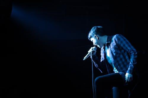 karanlık, konser, mavi ışık, mikrofon içeren Ücretsiz stok fotoğraf