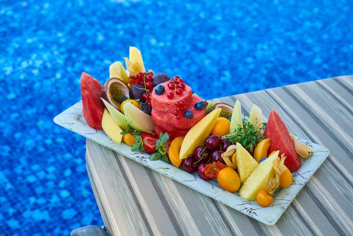 aardbei, ananas, bij het zwembad