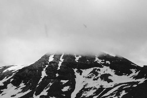 Darmowe zdjęcie z galerii z czarno-biały, góra, krajobraz, malowniczy