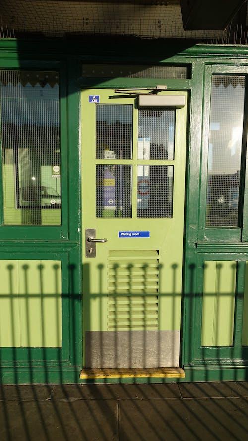 Gratis stockfoto met deur, groen, raam, station