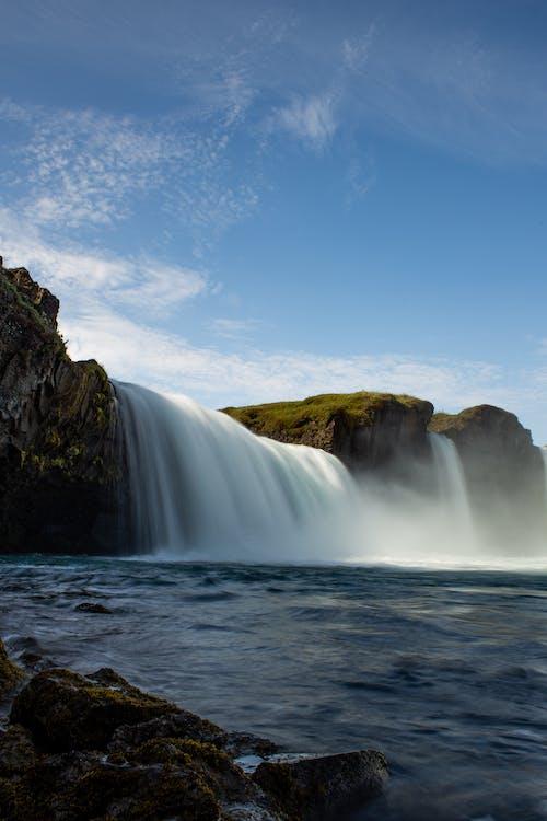 açık hava, akış, çağlayanlar, dağ içeren Ücretsiz stok fotoğraf