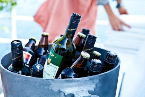alkol, bardak, bira, bira şişesi içeren Ücretsiz stok fotoğraf