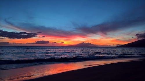 Immagine gratuita di acqua, alba, bagnasciuga, cielo di sera