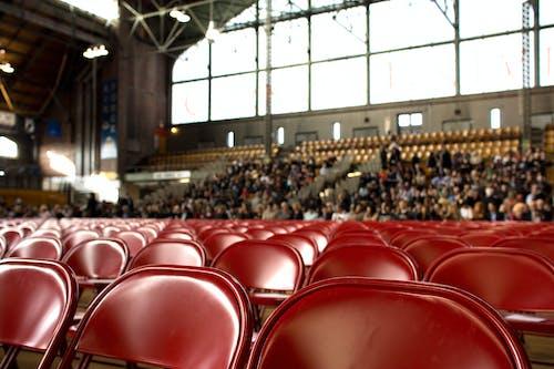 Foto d'estoc gratuïta de actuació, audiència, cadires, gent