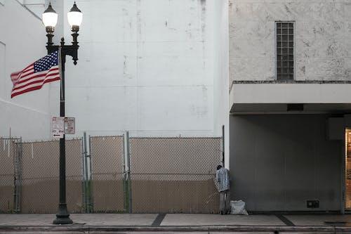Fotobanka sbezplatnými fotkami na tému americká vlajka, bez domova, pouličné osvetlenie, prázdna ulica