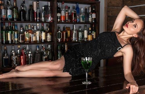 Fotobanka sbezplatnými fotkami na tému alkohol, atraktívny, bar, dievča