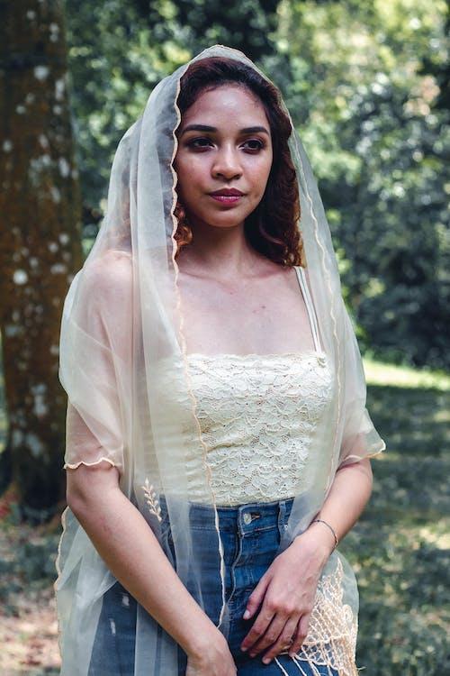 Mulher Vestindo Blusa Branca Fotografia Em Close Up
