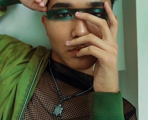 Homem Com Maquiagem De Olhos Verdes