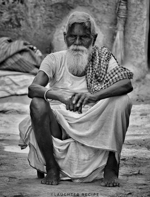 Foto profissional grátis de área rural, fotografia monocromática, homem idoso, homem velho