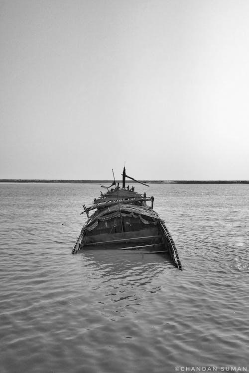 Foto profissional grátis de água, envio, fotografia monocromática, naufrágio