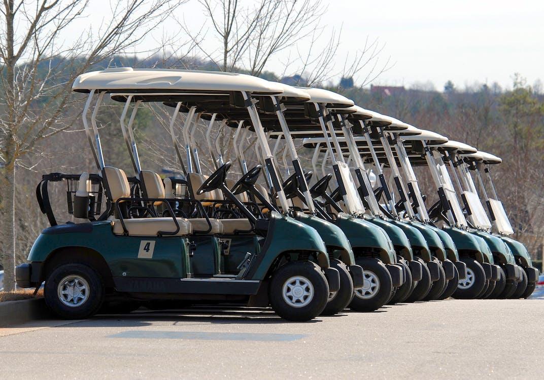 青と白のゴルフカート