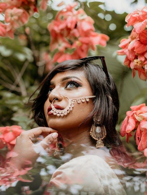 Close Up Fotografie Van Een Vrouw Naast Roze Bloemblaadjes Bloemen