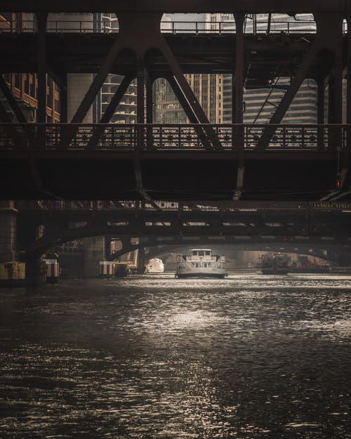 Immagine gratuita di barca, città, fiume chicago, paesaggio urbano