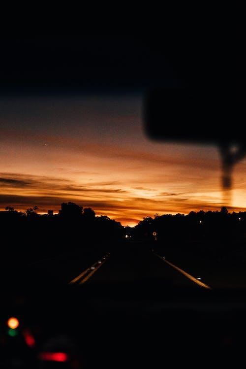 Foto d'estoc gratuïta de alba, arbres, autopista, capvespre