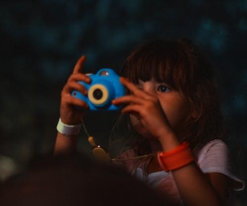 Foto d'estoc gratuïta de bambina, fotògraf, infant, Polaroid