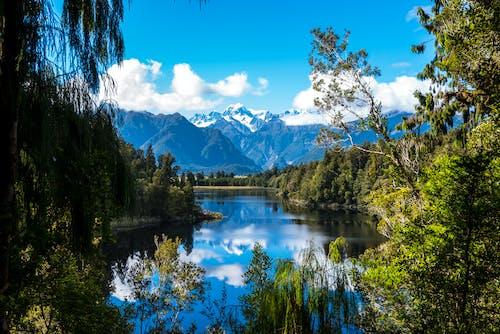 Kostnadsfri bild av bergen, bergsjö, bergskedja, bergstoppar