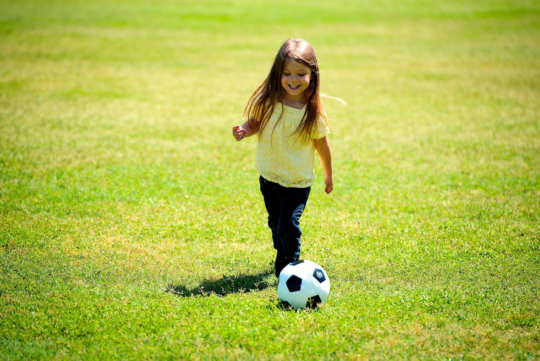girl playing soccer - 960×640