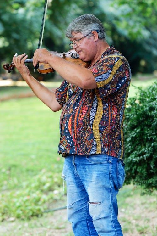 Darmowe zdjęcie z galerii z artysta uliczny, atrakcja turystyczna, grając na skrzypcach, koszula