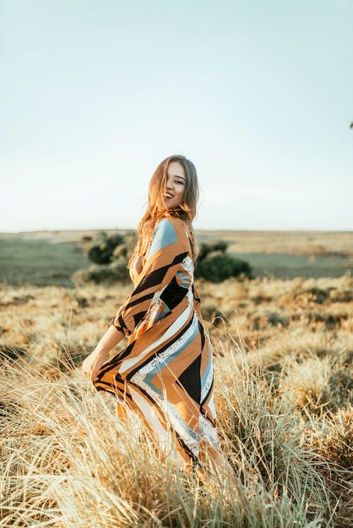 Kostnadsfri bild av fält, gräs, kvinna, person
