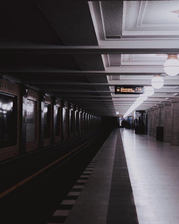 Άνθρωποι, αποβάθρα σιδηροδρομικού σταθμού, αρχιτεκτονική