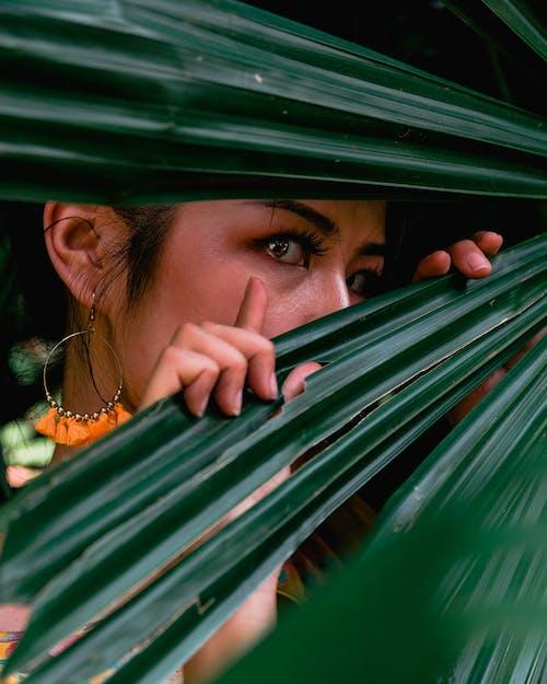 躲在樹葉後面的女人