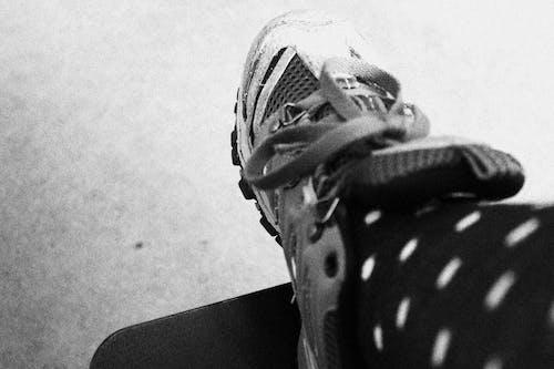 Foto d'estoc gratuïta de blanc i negre, clapejat, mitjó, sabata