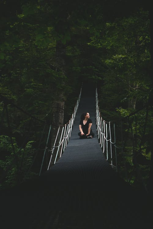 Бесплатное стоковое фото с женщина, мост, одиночество, парк