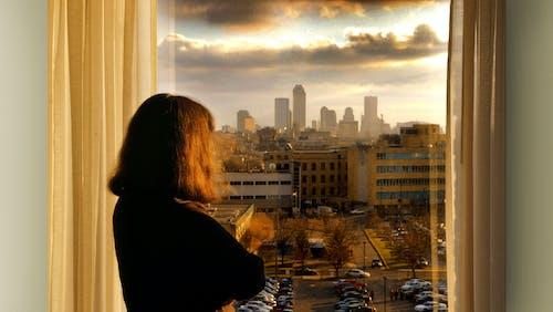 Ingyenes stockfotó johan bos nő ablak haj városkép témában