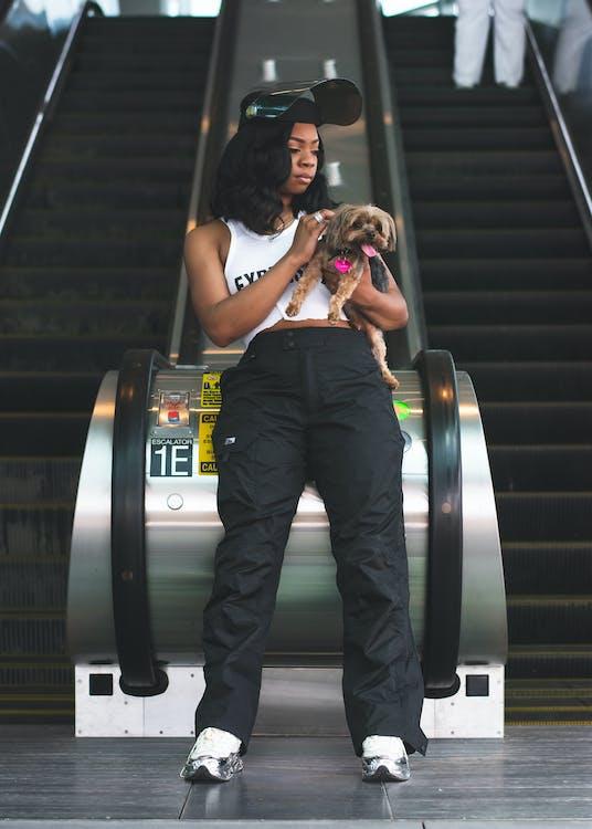 černoška, dievča tmavej pleti, domáce zviera