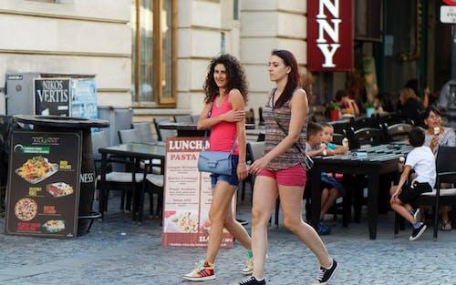 Darmowe zdjęcie z galerii z atrakcja turystyczna, bruk, chodzenie, dziewczyny