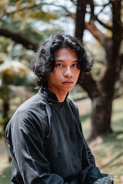 Foto d'estoc gratuïta de asiàtic, foto vertical, greu, home