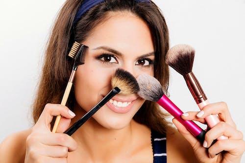 Darmowe zdjęcie z galerii z dziewczyna, kompaktowy proszek, kosmetyki, pędzle do makijażu