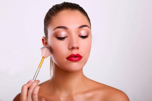 Darmowe zdjęcie z galerii z dziewczyna, kosmetyki, makijaż, pędzel do makijażu