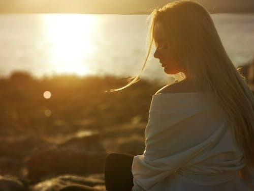Безкоштовне стокове фото на тему «гарний захід сонця, Дівчина, літо, мирний»